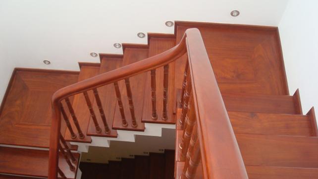 cầu thang gỗ lim đẹp tự nhiện